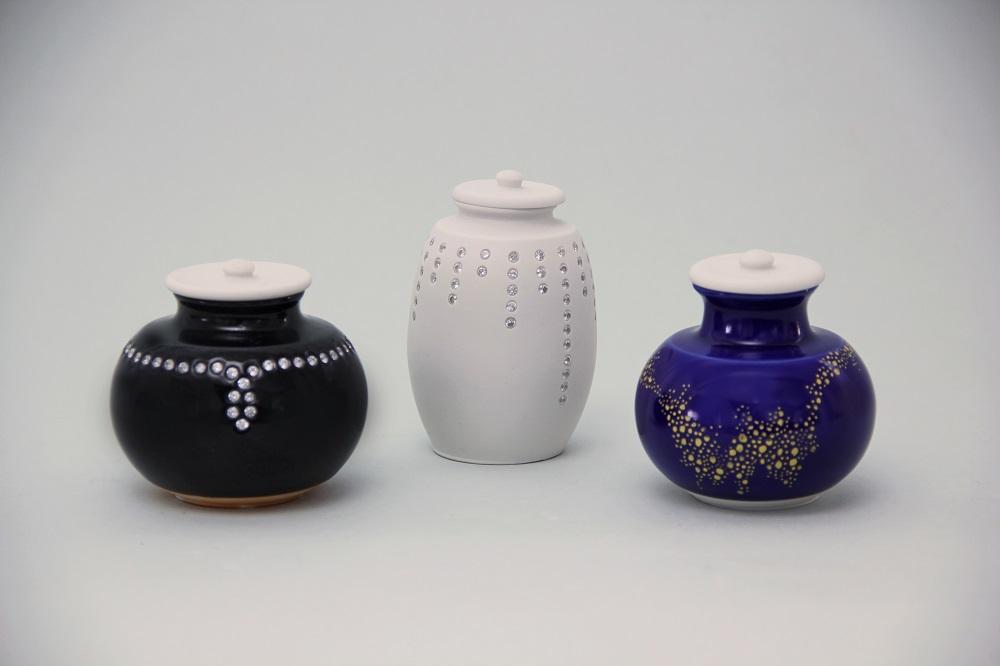 黒釉キラカワ茶入れ(¥75,600)/白磁キラカワ茶入れ(¥75,600)/ 瑠璃釉金彩茶入れ(¥64,800)